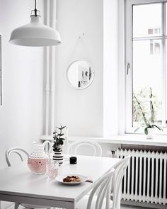 Saturday day-dreaming. Adorable #white home for sale on @stadshem. Spotted: -RENARP pendant lamp by @ikeasverige -Thonet chairs -vase by @kahlerdesign ❅----------------------------------------❅ #kitchen #dining #diningroom #diningarea #thonet #thonetchairs #kähler #whitehome #saturday #weekend #weekends #whiteaddict #dining #fika #snack #whywhiteworks