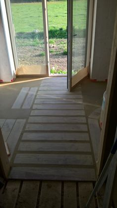 Kasein-Lehmfußboden mit Feinsteinzeug in Holzoptik. Deck, Outdoor Decor, Home Decor, Cob Home, Porcelain Tiles, Decoration Home, Room Decor, Front Porches, Home Interior Design