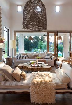 Salón con chaise longue cama, mesa de centro de madera, sofá, grandes ventanales 00409375 O