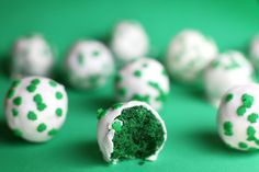 Green Velvet Cake Balls (it's red velvet but green Instead for saint patricks day!) This would be fun to do bc our dessert is the wednesday before! Green Velvet Cake, Red Velvet, Green Cake, Green Cupcakes, Holiday Treats, Holiday Recipes, Holiday Cakes, Holiday Foods, Spring Recipes