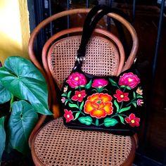 Bolsa de terciopelo bordada a mano por artesanas del Istmo de Tehuantepec, Oaxaca.