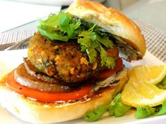 Masala-Tofu Veggie Burgers With Creamy Cilantro-Mint Chutney Tofu Recipes, Delicious Vegan Recipes, Indian Food Recipes, Vegetarian Recipes, Healthy Recipes, Tofu Burger, Vegan Burgers, Vegan Snacks, Vegan Lunches