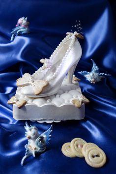 Cinderella Cake - Cendrillon... Ou la pantoufle de verre http://www.quiavolelestartes.com/cendrillon-ou-la-petite-pantoufle-de-verre/