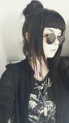Round Vintage Style Sunglasses - Dizaster In A Halo - zeichnung vorlagen - Gothic Gothic Hairstyles, Hairstyles With Bangs, Girl Hairstyles, Casual Goth, Goth Hair, Grunge Hair, Hair Inspo, Hair Inspiration, Nu Goth Fashion