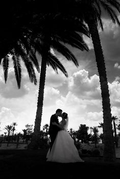 Sharing a kiss at sunset under palm trees? Doesn't get more romantic than that! | Photo by Bently & Wilson Photography | Golf Course Wedding | Las Vegas Wedding Venue | Destination Wedding