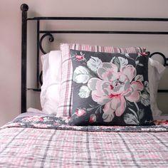 Красивое, мягкое и теплое покрывало #GREENGATE из натурального хлопка для двуспальной кровати преобразит вашу спальню. Более того, покрывало двустороннее и можно менять рисунок при желании. В наличии есть подушки компаньоны, которые также имеют разные принты с каждой стороны Размер покрывала: 180*230 см.