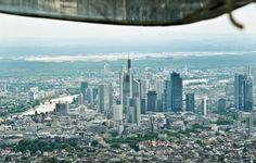 Blick aus dem Seitenfenster einer Cessna auf Frankfurt.