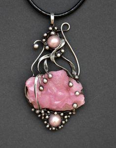 Láska+-+krystal+kobaltokalcitu+Šperk+je+vyroben+cínováním.+Je+tvořen+unikátními+krásným surovými krystaly+kobaltokalcitu, jehož+rozměry+jsou 4,5+x 3+cm.+Je+to sytě+růžový+drahý+kámen+nalezený+v+Maroku.+Jeho+krystalizace+probíhá+do+trojbokých+jehlanů,+které+jsou+na+šperku dobře+patrné.+Celý+šperk+je+veliký 9+x 4,5+cm+a+je+zavěšen+na+černé +kůži,...