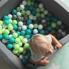 In diesem Bällebad hat bereits das kleinste Kind einen riesen Spass! Das von Hand gefertigte Bällebad ist ein absoluter Kindertraum. Durch seine Größe mit einem von 90 cm x 90 cm, lässt es sich auch Problemlos wunderbar in jedem...