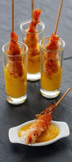 Crispy Skewered Prawns with Mango Dip. Brocheta de Gambas