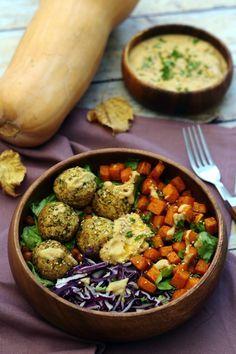 Buddha bowl végétarien aux falafels, butternut rôtie, chou rouge et houmous