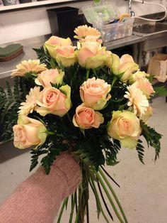 Bårdebukett med roser og germini og Leader lif
