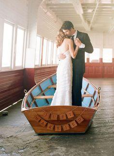 Romantische trouwfoto van dit bruidspaar in een bootje