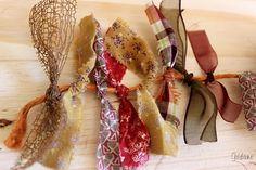 Une idée facile pour utiliser des chuttes de tissu et ruban. et créer un décor country. Nouer les bouts de tissu et ruban sur une ficelle, il en faut beaucoup, de différents coloris, il faut bien les serrer les uns à côté des autres pour que cela soit...