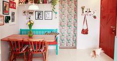 Sala de jantar com mesa de madeira e quadros