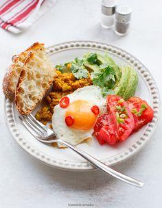 Jajko sadzone na soczewicy z awokado i sałatką z pomidorów