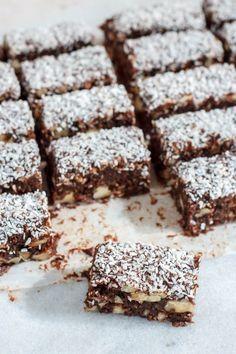 Chocolade dadelwalnotenreepjes met kokos – Food And Drink Healthy Cake, Healthy Cookies, Healthy Sweets, Healthy Baking, Healthy Snacks, Breakfast Healthy, Dinner Healthy, Eating Healthy, Clean Eating