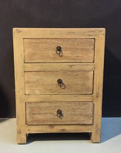 Landelijke nachtkastjes. De kastjes zijn gemaakt van oud ruig hout.