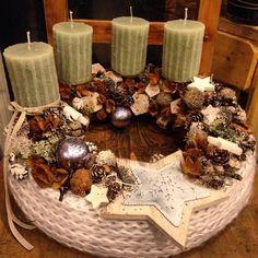 Tavaly csináltam fehér,csillogó karácsonyi díszeket,azok is tök jók lennének a koszorúra is :)