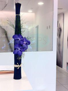 Arreglo floral realizado con #orquidea vanda azul sobre estructura de mikados. #floral arragements #vanda orchid
