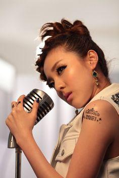 Korean singer, Sandara Park, in kpop band, 2NE1