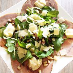 Carpaccio van varkensrollade met pijnboompitten, kaassnippers en truffel mayo
