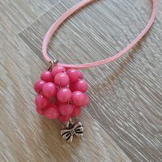 Bead ball van 6mm violet roze jade met metalen strick, aan roze suède veter. Van JuudsBoetiek, €7,50. Te bestellen op www.juudsboetiek.nl.