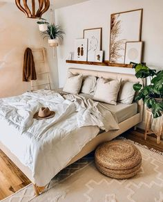 Green X Brown Bedroom Ideas – You are in the right place about Southern home decor historic Here we offer you the most beautiful pictures about the Southern home decor bedroom you are looking for. When you examine the Green X Brown Bedroom Ideas – … Boho Bedroom Decor, Room Ideas Bedroom, Small Room Bedroom, Bedroom Brown, Earthy Bedroom, Cozy White Bedroom, Cream Bedroom Decor, Simple Bedroom Decor, Brown Bedrooms