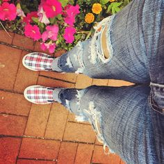 Love these wripped jeans paired with plaid slip-ons. Simple but perfect, @serendipity.nyc.