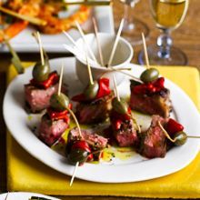 Seared beef, grilled pepper and caper berryThis Spanish beef, pepper and caper berry skewer is great for a tapas evening or dinner party Grilling Recipes, Beef Recipes, Vegetarian Recipes, Cooking Recipes, Tapas Recipes, Spanish Recipes, Caper Berries, Tapas Dishes, Bbq Menu