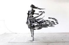 아티스트로 활동하는 'Regardt Van Der Meulen'은 시간과 삶에 대한 이색적인 작품 시리즈를 제작 합니다. 그는 인간이 태어 났을 때 부터 죽음을 향해 달려가고 있으며, 이것은 곧 삶이 부패와 사망의 요소가 함께 한다고 이야기 하고 있습니다. 또한 이것을 썩어문드러진 조각과 흘러 가는 듯한 이색적인 표현으로 작품을 묘사하고 있는 것이 특징 입니다.  재미있게도 아티스트는 작품을 표현하는 매체로 '강철'을 사용하고 있습니다. 조각은 신체의 불완전함과 나약함을 나타내고 있지만, 그것을 표현하는 매체는 은유적으로 강철을 사용한 것이죠.