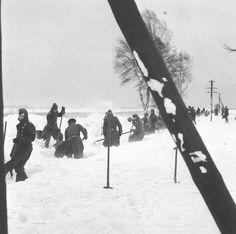Union Soviétique, des soldats allemands déblaient une voie de chemin de fer pendant une tempête de neige  