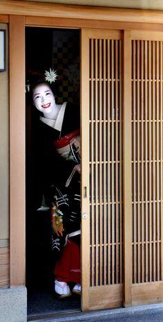 Happy maiko Koyoshi on formal Hassaku day (SOURCE) Koyoshi (now a geiko) is known of her most cheerful personality in Gion Kobu!