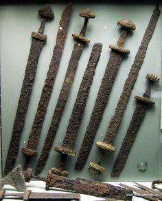 Epées vikings IXe-Xe Siècle découvertes dans des tombes de guerriers à Kilmainham, Dublin , Irlande.