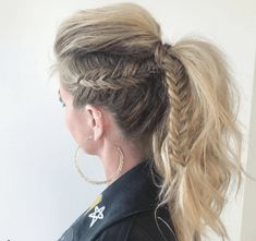 10 Different Types of Mohawk Hairstyles for Women In 2020 - - A trendy hawk is the perfect way to add some edge to your current hairstyle. Check out 10 different types of mohawk hairstyles for women. Mohawk Hairstyles For Women, Braided Ponytail Hairstyles, Trending Hairstyles, Cool Hairstyles, Fishtail Braids, Mowhawk Braid, Mohawk Ponytail, Mowhawk Hairstyles, Rocker Hairstyles