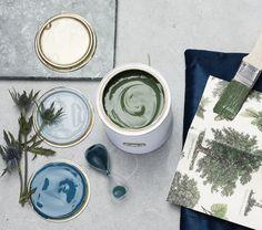 Kombinasjonen av den grålige Stålblå 782 og detaljer i den mørkegrønne Blad 834, her i form av en stol, gir et rom med fint fargespill. #farger #trend #maling #fargesette #blå #fargepalett Plates, Tableware, Inspiration, Blue, Instagram, Licence Plates, Biblical Inspiration, Dishes, Dinnerware