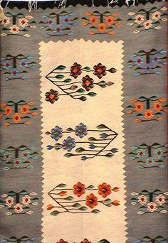 . Cool Rugs, Traditional Rugs, Soft Furnishings, Yarn Crafts, Kilim Rugs, Rugs On Carpet, Folk Art, Weaving, Textiles