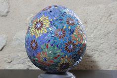 Oeuf en mosaïque, fleurs sur fond bleu : Mosaiques par mosa-louisa