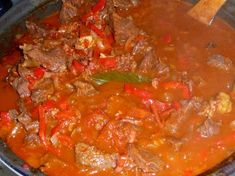 Hongaars Stoofvlees: Pörkölt (Goulash) recept | Smulweb.nl Hungarian Cuisine, Hungarian Recipes, Hungarian Food, Thai Red Curry, Slow Cooker, Food Porn, Brunch, Yummy Food, Meat