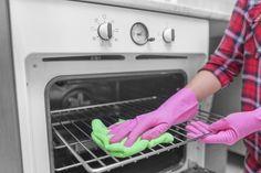 Come pulire il forno in modo naturale con acqua calda, aceto, sale, bicarbonato di sodio.