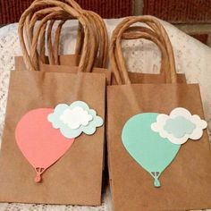 by ParentStreetBoutique Hot air balloon mini favor/gift bags. by ParentStreetBoutique Paper Gift Bags, Paper Gifts, Creative Gift Wrapping, Creative Gifts, Baby Shower Party Favors, Baby Shower Parties, Mini Kraft, Decorated Gift Bags, Baby Shower Balloons