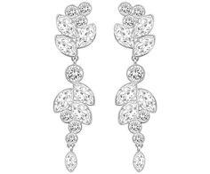 Affichant un extraordinaire motif en cristal incolore, cette paire de boucles d'oreilles en métal rhodié offrira du glamour à vos tenues. Elles... Acheter