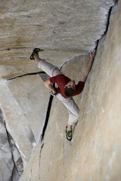 Alex Honnold soloing a beautiful stemming jam crack in Yosemite. Sorry but I don't recognize the route. Sport Climbing, Ice Climbing, Mountain Climbing, Alpine Climbing, Escalade, Soloing, Extreme Sports, Mountaineering, Bouldering
