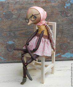 Купить или заказать Муха в интернет-магазине на Ярмарке Мастеров. Задумчивая муха, очень подвижная, голова на двойном шплинте, ноги тоже, локти и коленки на бусинах. Тельце сшито из очень старенького плюша с проплешинками, ручки, ножки и голова - из хлопка. Очки, косынку, крылья и юбку можно снять. Несмотря на то что муха, она тяжеленькая (в пузе стальной гранулят), усидчивая, стоять не может. Доставка по России бесплатная.