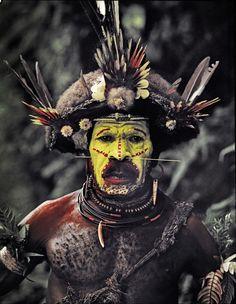 パプアニューギニアには何百ともいう数の民族がいます。この民族は「フリ族」といい、特徴は大きなカツラで、別の名をウィッグマンとも呼ばれています。「フリ族」は戦闘集団でもあり、近隣の民族と戦いを続けています。