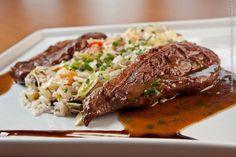 Bistrô Faria Lima (almoço)    Carne assada  Contra-filé assado no bafo por 12 horas, servido com molho rôti no bacon e acompanhado de arroz com brócolis