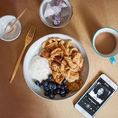 Kennt ihr das, wenn man morgens, mittags und abends Lust auf Frühstück, Pancakes & Co hat? Die Rettung: Brunch! Lässt sich eigentlich zu jeder erdenklichen Tageszeit ausdehnen und süß oder deftig (oder eben beides) gestalten. Am liebsten experimentiere ich gerade mit veganen Varianten, die den Originalen natürlich um nichts nachstehen. Heute gab es veganen Kaiserschmarrn mit Soyajoghurt und Blaubeeren – das Rezept findet ihr nach dem Sprung! I could eat breakfast not only in the morning –…