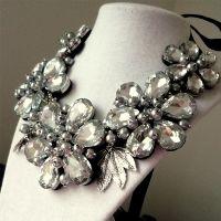 Clarity - Colier statement handmade, confecționat folosind multe perle și cristale albe de diferite forme și dimensiuni . O alegere excelentă pentru o femeie încrezătoare și plină de viață! Comenzi pe www.boemo.ro