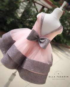 La imagen puede contener: flor y exterior Baby Girl Frocks, Baby Girl Party Dresses, Kids Frocks, Dresses Kids Girl, Kids Outfits, Girls, Baby Girl Dress Patterns, Baby Dress Design, Baby Girl Fashion