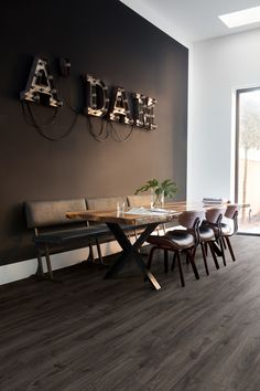 Quick-Step Laminate flooring - Eligna 'Newcastle oak dark' in a country dining room. Newcastle, Country Dining Rooms, Luxury Flooring, Country Interior, Dining Room Inspiration, New Home Designs, Floor Design, Laminate Flooring, Decoration